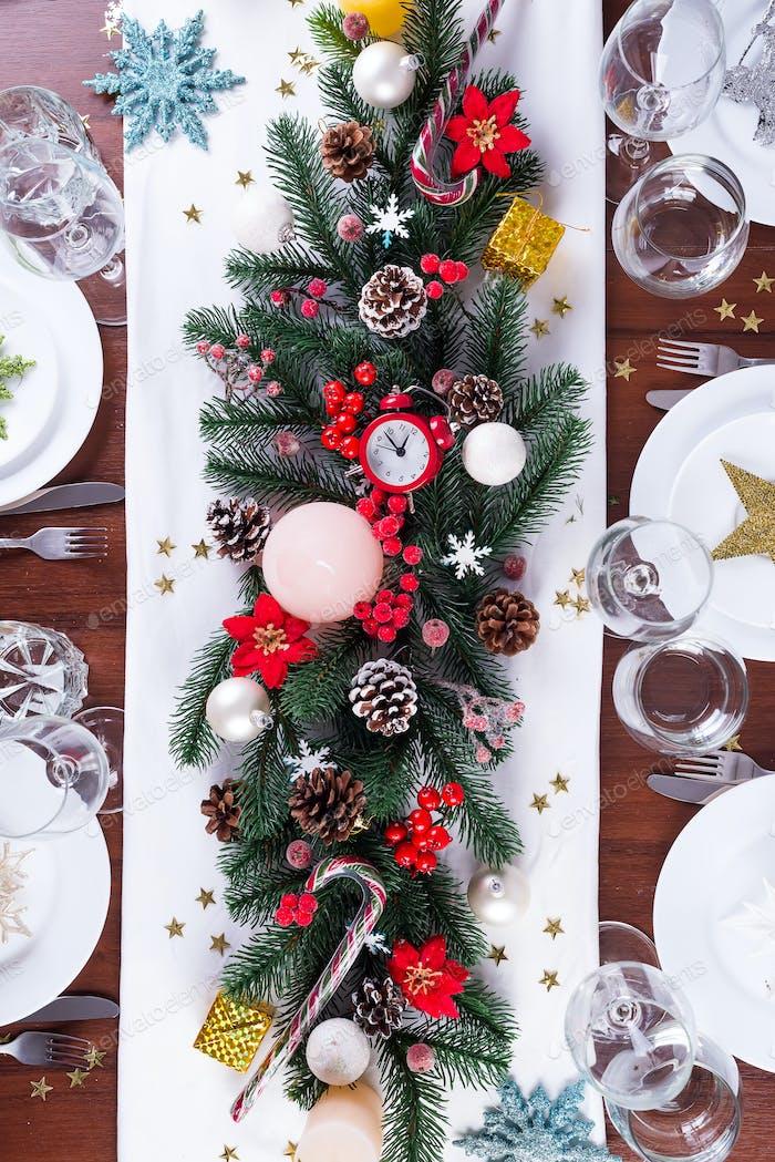 Weihnachtstisch mit Weihnachtsdeko auf dunklem Holztisch, flach gelegt