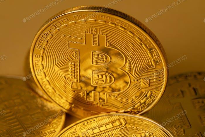Primer plano de bitcoin de oro en el backgound amarillo