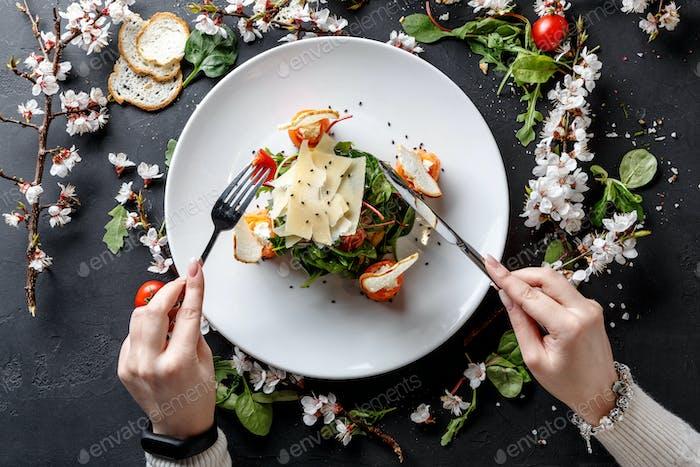 Essen Restaurantgericht auf weißem Teller auf schwarzem Hintergrund