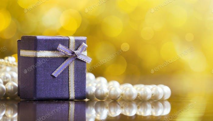 Caja de regalo de Navidad de color morado.
