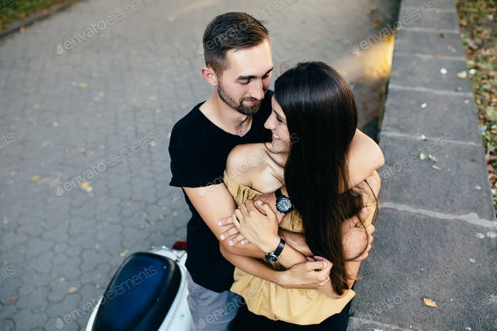 hermosa joven pareja hace selfie