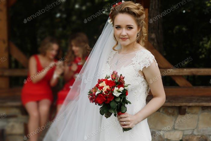 Schöne Braut hält Hochzeit Blumenstrauß