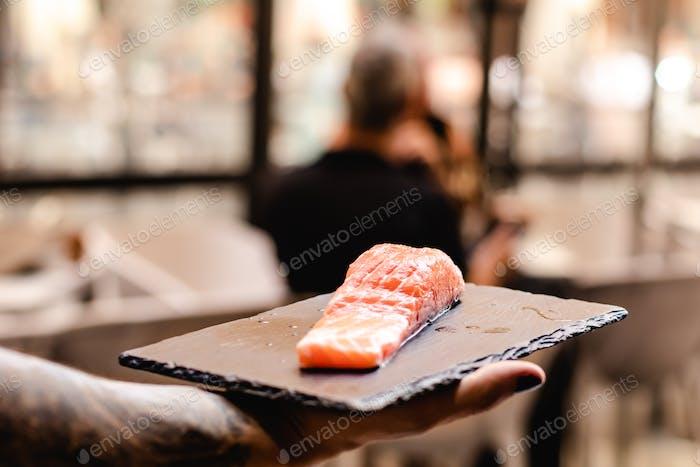 сырой лосось, чтобы показать клиентам или служить