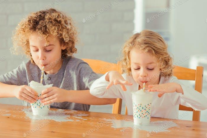 Jungen verschütten Milch
