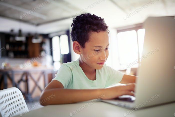 Junge verbringt Zeit mit Notebook und moderner Technologie