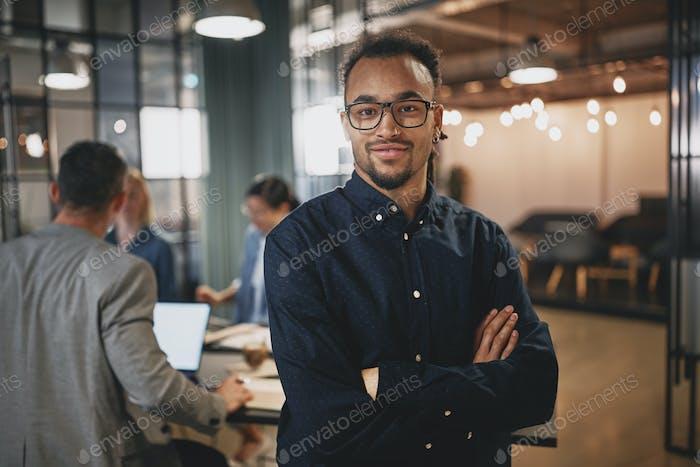 Thumbnail for Уверенный молодой бизнесмен работает в современном офисе