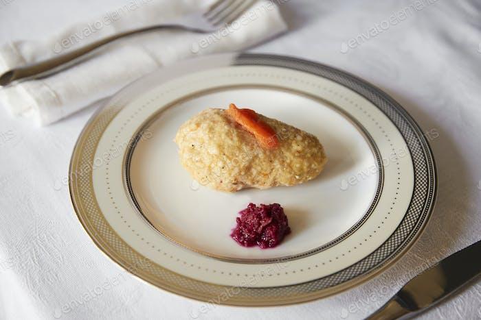 Jüdisches Passah Vorspeise von Gefilte Fisch und Meerrettich