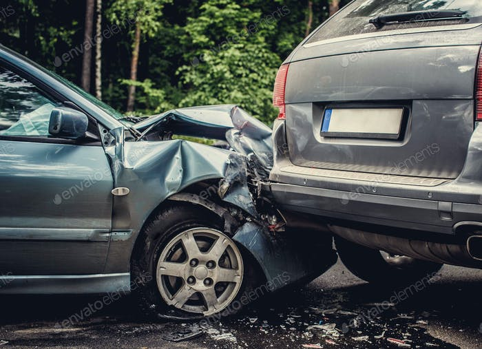 Nahaufnahme verderbter Autos auf einer Straße.