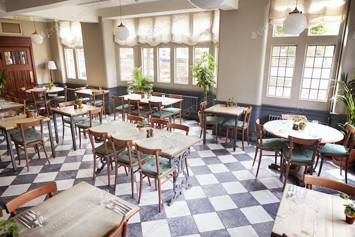 Tische gelegt für den service in leeren restaurant