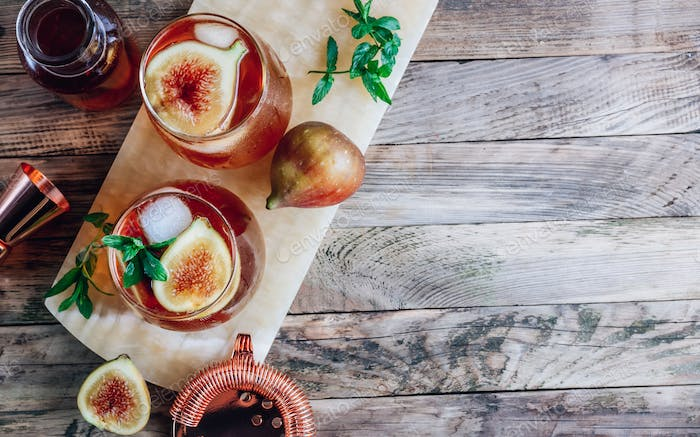 Cold lemonade cocktail with figs