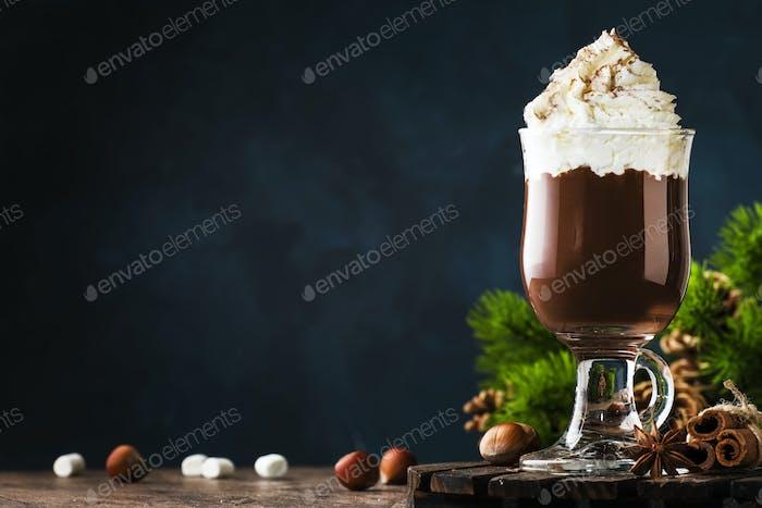 Heiße Schokolade mit Schlagsahne