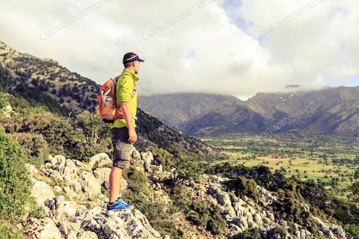Wandermann Blick auf schöne inspirierende Landschaft