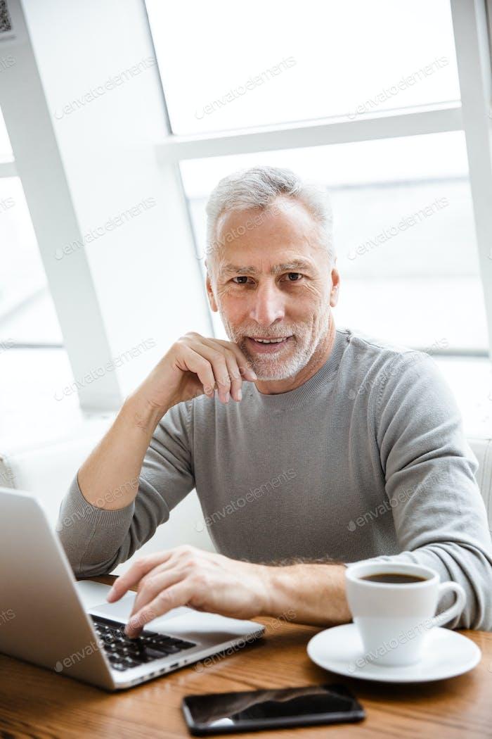 Positive Reifen senior businessman