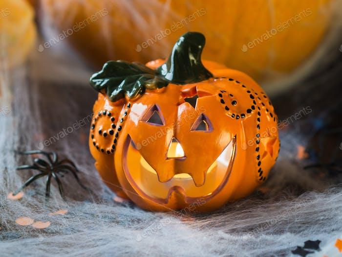 Calabaza de Halloween y vela. Red de araña