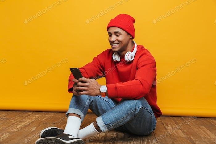 Porträt eines attraktiven selbstbewussten jungen Mannes