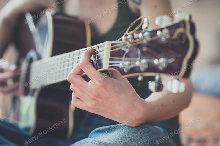 Nahaufnahme der Frau Hände spielen Gitarre