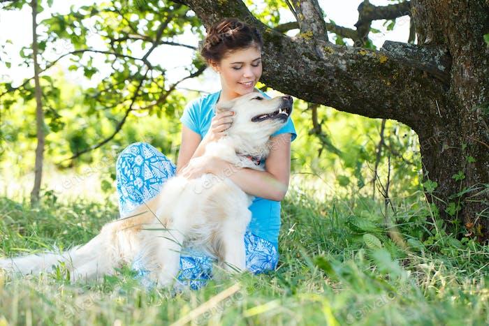 Привлекательная девочка с собакой