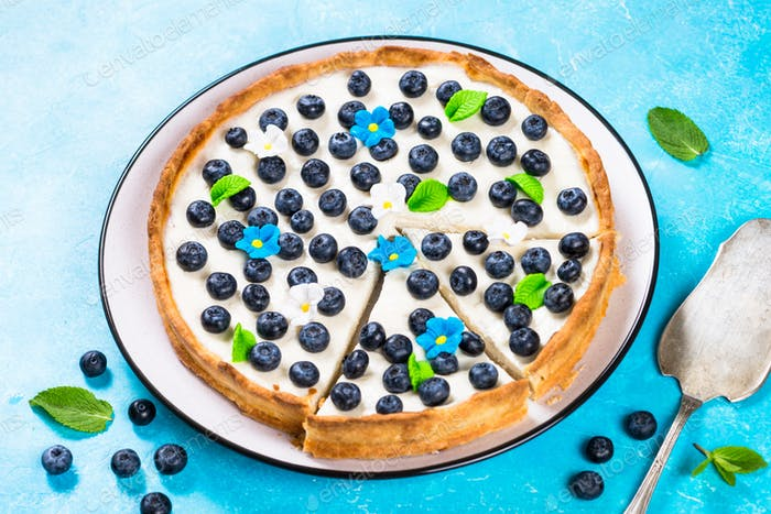 Blueberry cake tart with mascarpone