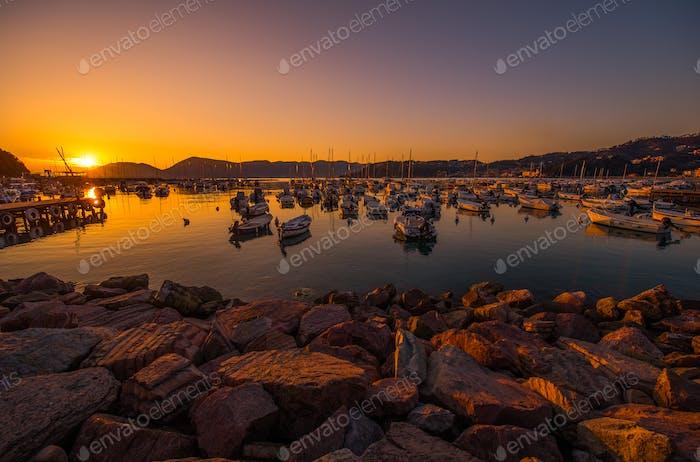Italienische Riviera Marina bei Sonnenuntergang