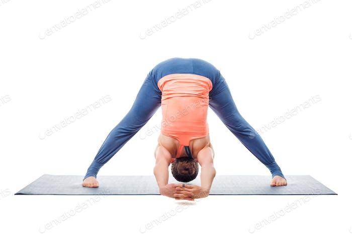 Frau praktiziert Ashtanga Vinyasa Yoga Asana