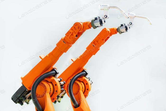Zwei Roboterarme, Schweißsystem, neue Technologie
