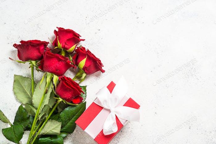 Rote Rosen Blume und Geschenkbox auf weißem Hintergrund Draufsicht