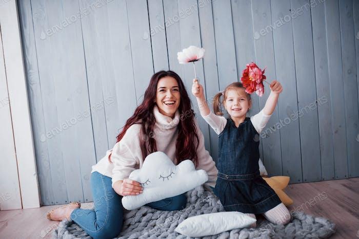 Glückliche liebevolle Familie. Mutter und ihre Tochter Kind Mädchen spielen zusammen