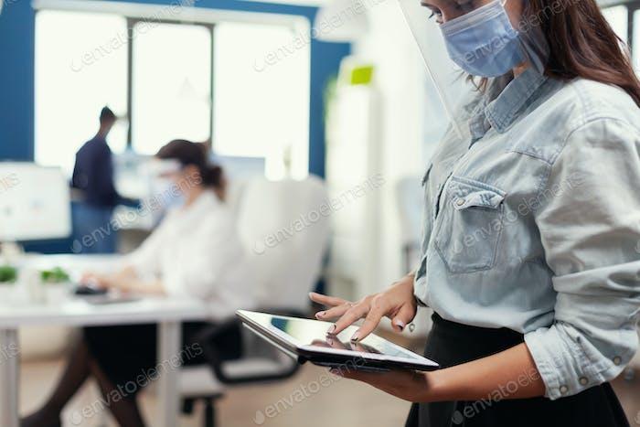 Mitarbeiter aus der Marketingabteilung prüfen Unternehmensstatistiken