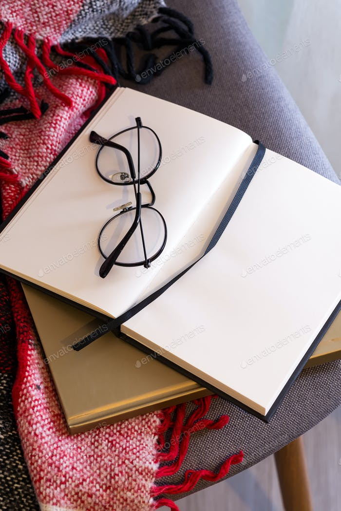 Ноутбук с очками на красном пледе. Концепция комфорта