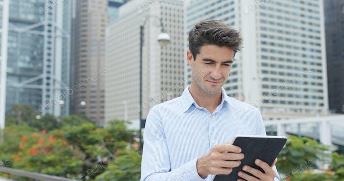 Mann Verwendung von Tablet-Computer