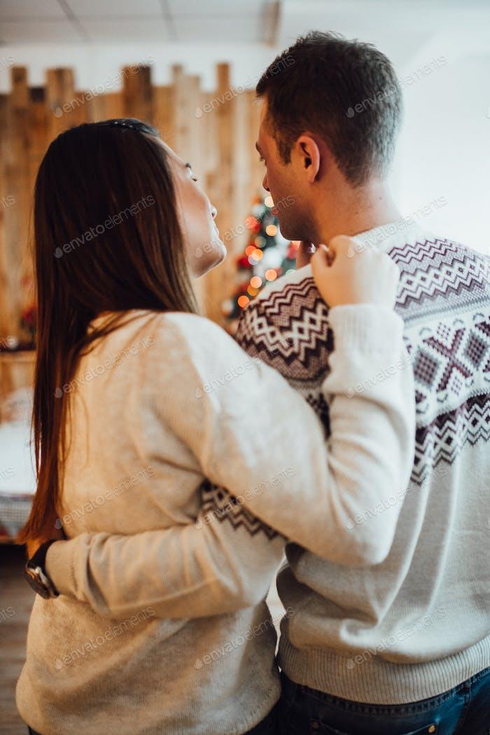 ein Mann und ein Mädchen feiern gemeinsam das neue Jahr und schenken sich gegenseitig Geschenke