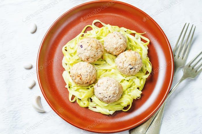 weiße Bohnen Fleischbällchen mit Zucchini-Nudeln