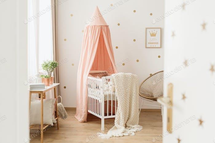 Offene Tür zum rosa Kinderzimmer