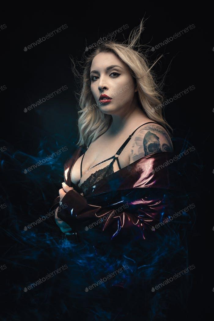 Sexuelles Modell mit Tattoo in schwarzer Spitze BH