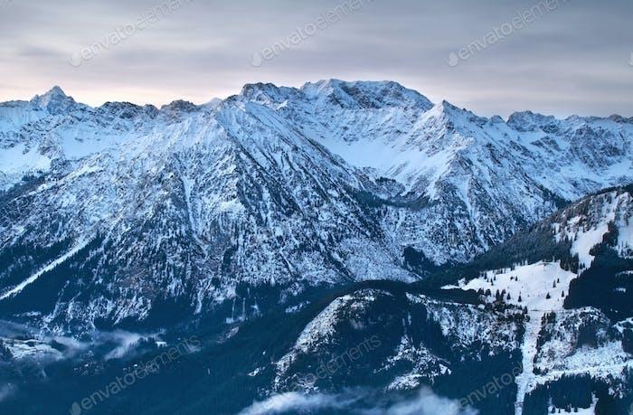 picos alpinos en invierno