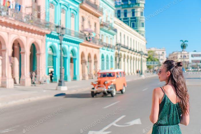 Glückliche Frau in beliebter Gegend im alten Havanna, Kuba. Junges Mädchen Reisenden Hintergrund bunte Häuser