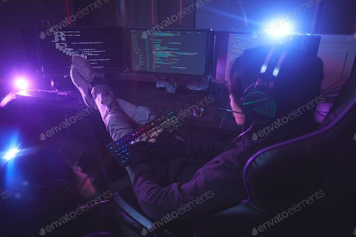 Компьютерный программист работает в темноте