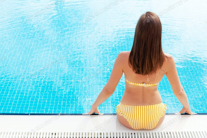 Frau Entspannung im Schwimmbad