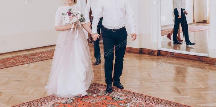 стильная невеста и жениха гуляют в кассе