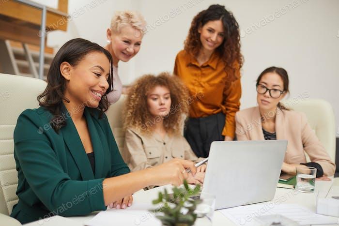 Gruppe erfolgreicher Geschäftsfrauen Coworking