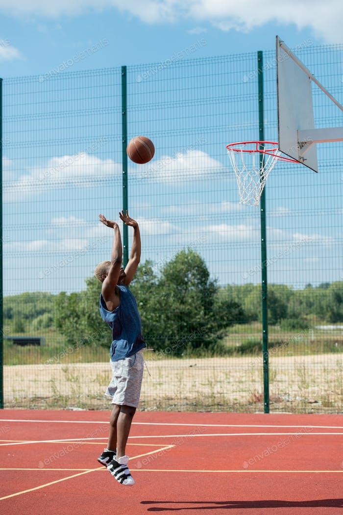 Afrikanischer Basketballspieler springen vor Gericht
