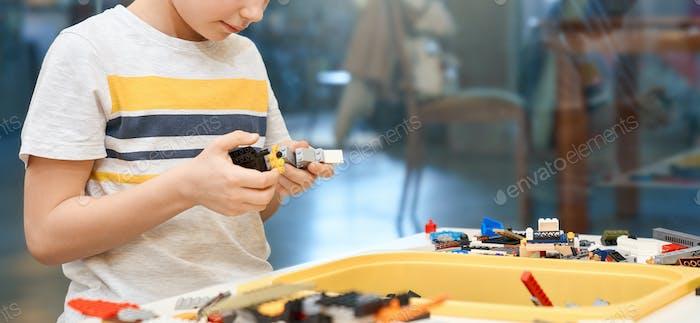 Inkognito Kind mit Bausatz