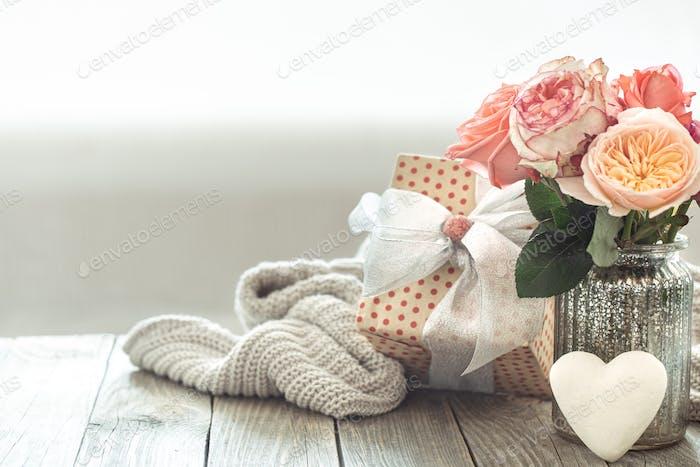 Regalo con rosas para el día de San Valentín o el día de la mujer.