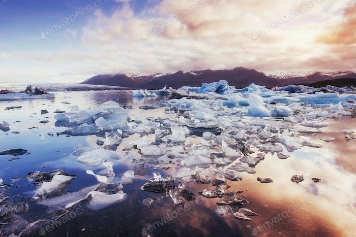 Eisberge im Gletschersee mit Berg