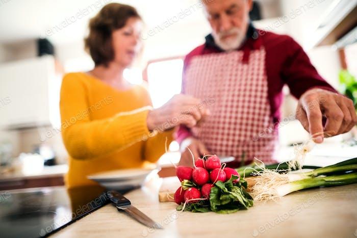 Seniorenpaar, die Essen in der Küche zubereiten.