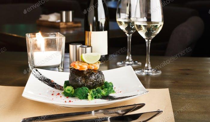 Романтический ужин в роскошном ресторане. Филе дорадо в нори w