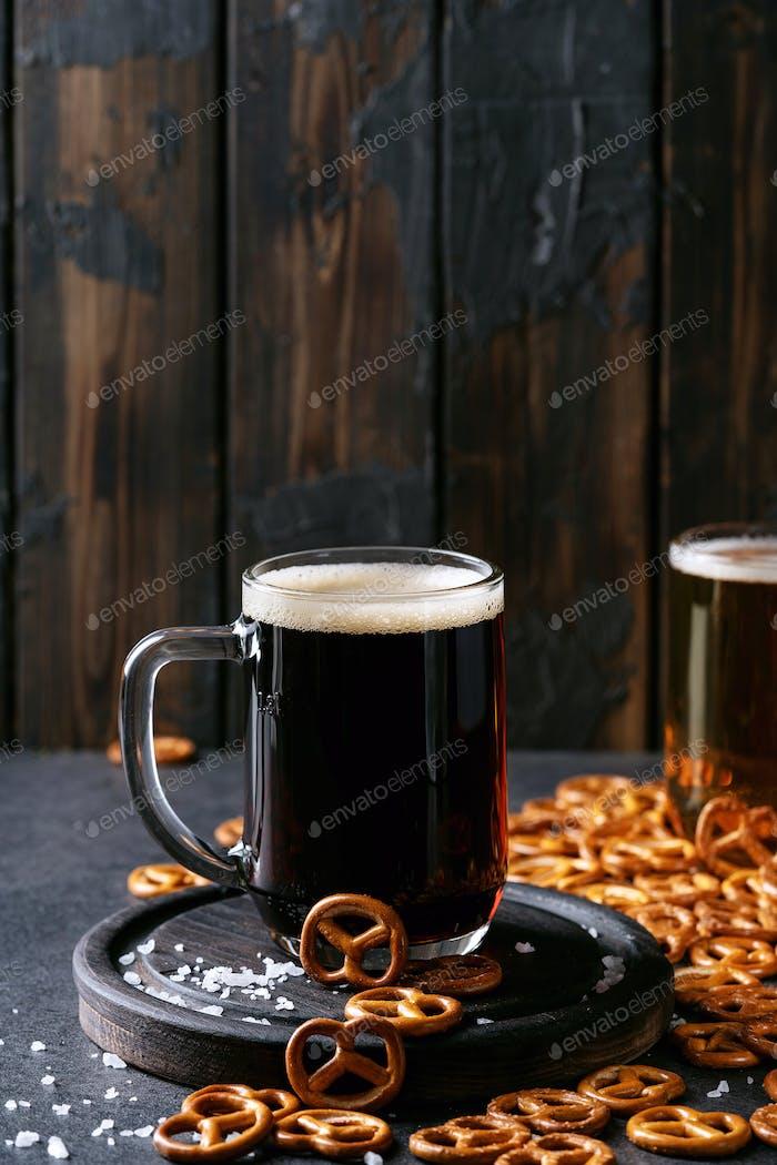 Helles und dunkles Craft Bier in Glastassen