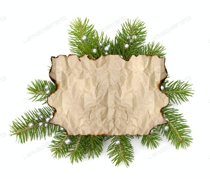 Altes Pergamentpapier mit Kopierraum auf Weihnachtsbaum Ast Hintergrund