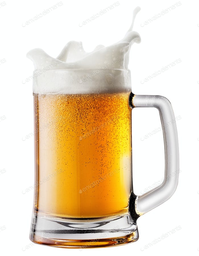 Spritzschaum in Becher mit Bier