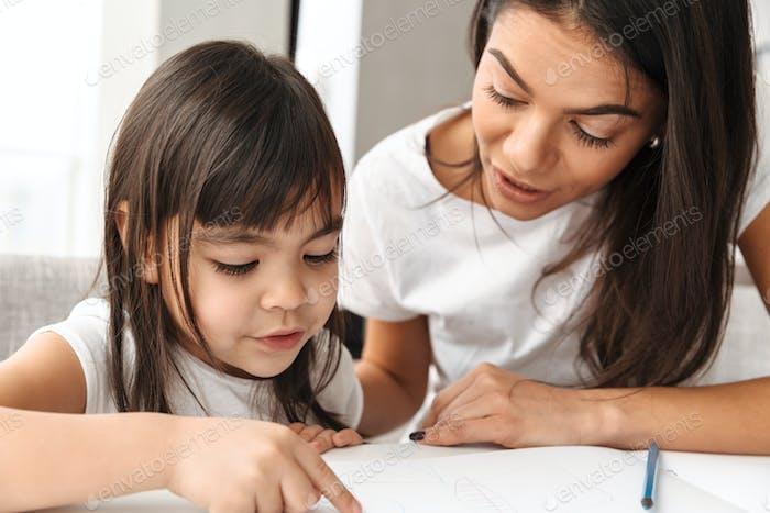 Bild von schöne Mutter und kleine Tochter genießen Malerei tog